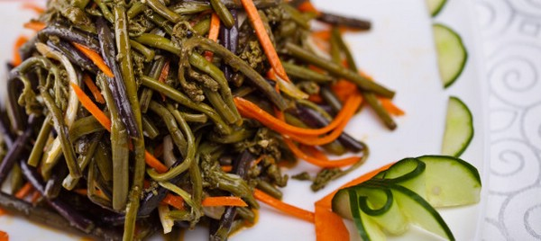 Салат с папоротником и морковью