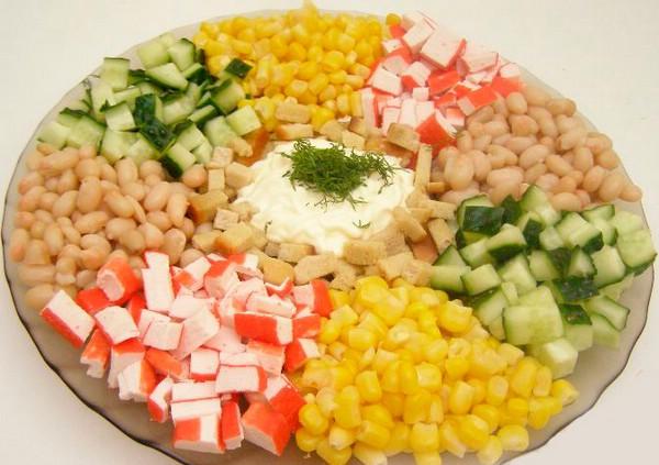 Салат с белой фасолью консервированной и кукурузой