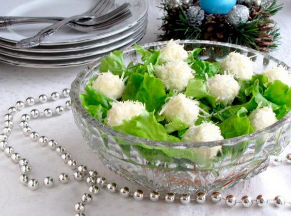 новогодний салат Снежки